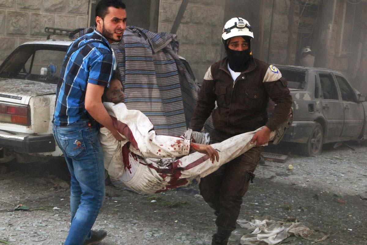 Miembros de la defensa civil de Alepo trasladan a un hombre herido en el ataque (Foto: Reuters)