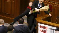 Yatseniuk, durante un altercado en la Rada ucraniana (Foto: Getty)