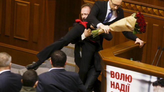 Dimite el primer ministro de Ucrania Yatseniuk, facilitando el futuro para el presidente Poroshenko