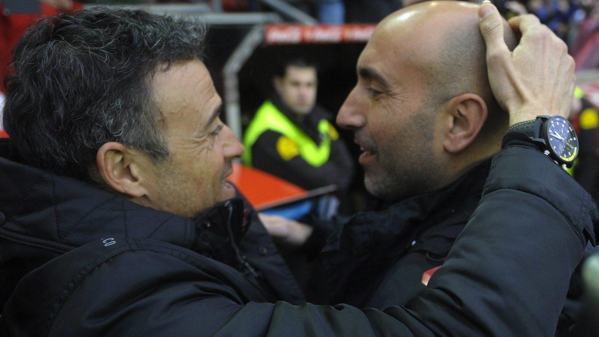 Luis Enrique acaricia a Abelardo en un partido reciente. (AFP)