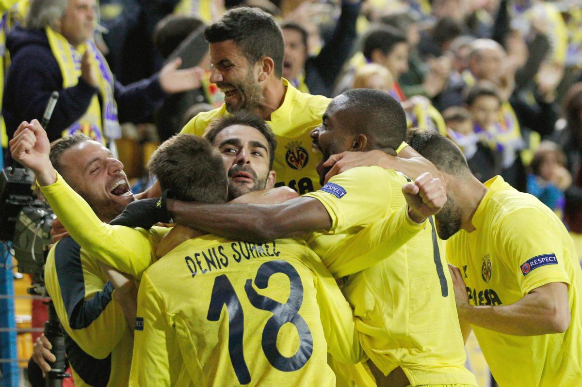 Los jugadores del Villarreal celebran el gol de Adrián. (EFE)