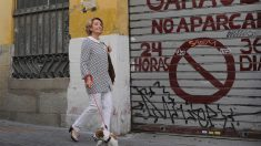 Esperanza Aguirre paseando con su perro 'Pecas'. (Foto: AFP)