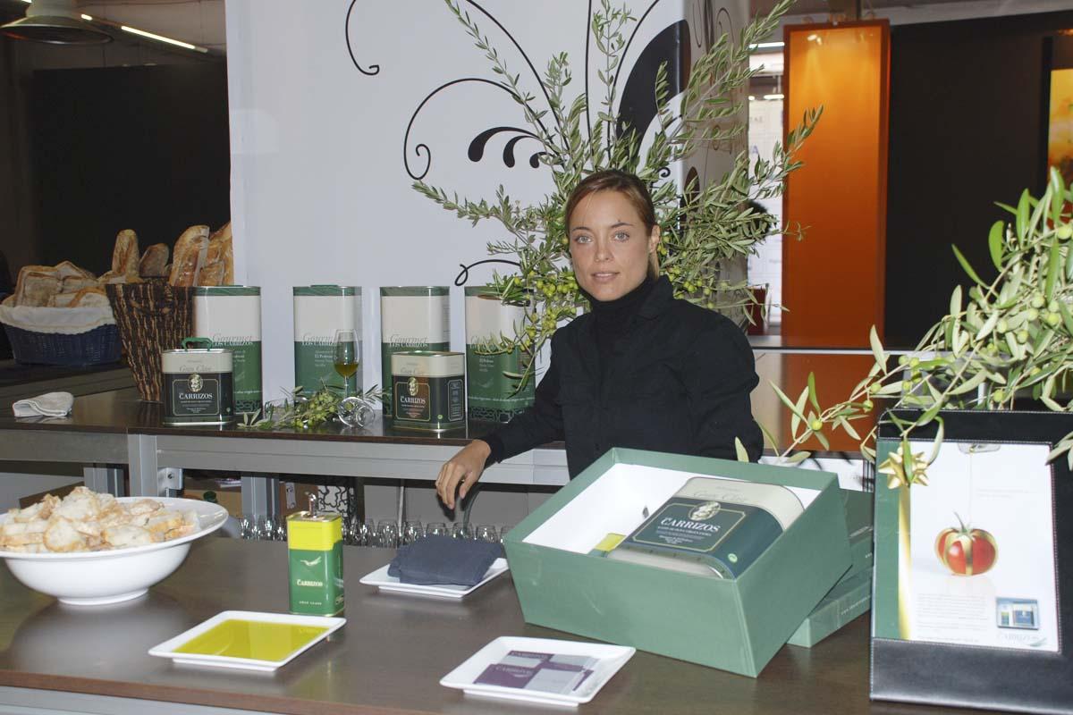 Alejandra, hija de Mario Conde, en un stand de promoción de la marca de aceite familiar.