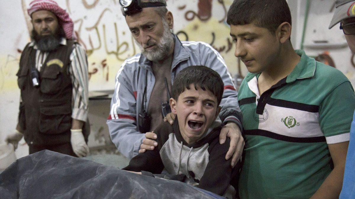 Un niño llora por la muerte de un familiar en Alepo. (Foto: AFP)