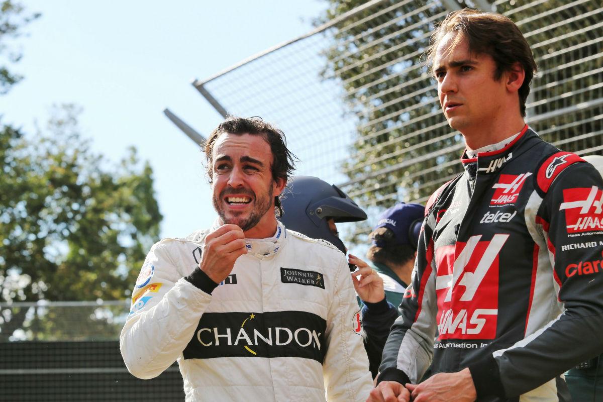 Fernando Alonso dialoga con Esteban Gutiérrez, ex probador de Ferrari y ahora piloto en Haas.