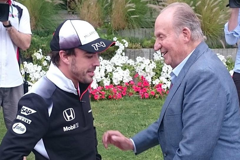 Don Juan Carlos conversa con Fernando Alonso en Bahrein.