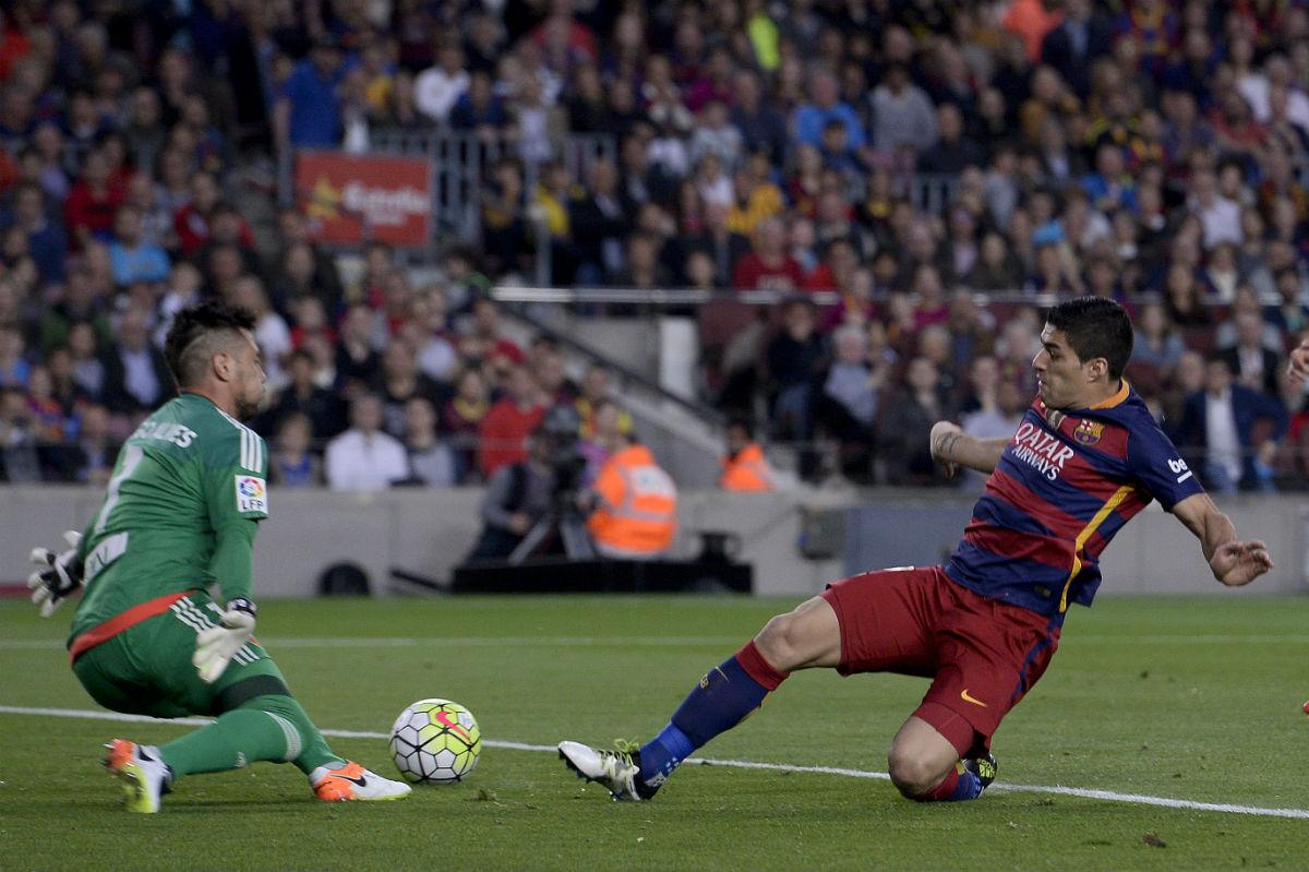 Diego Alves saca un mano a mano con Luis Suárez. (AFP)
