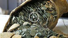 La imagen muestra las monedas en una de las ánforas encontradas (Foto: Efe).