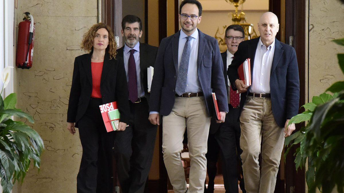 Antonio Hernando, Meritxell Batet, José Enrique Serrano, Jordi Sevilla y Rodolfo Ares. (Foto: AFP)