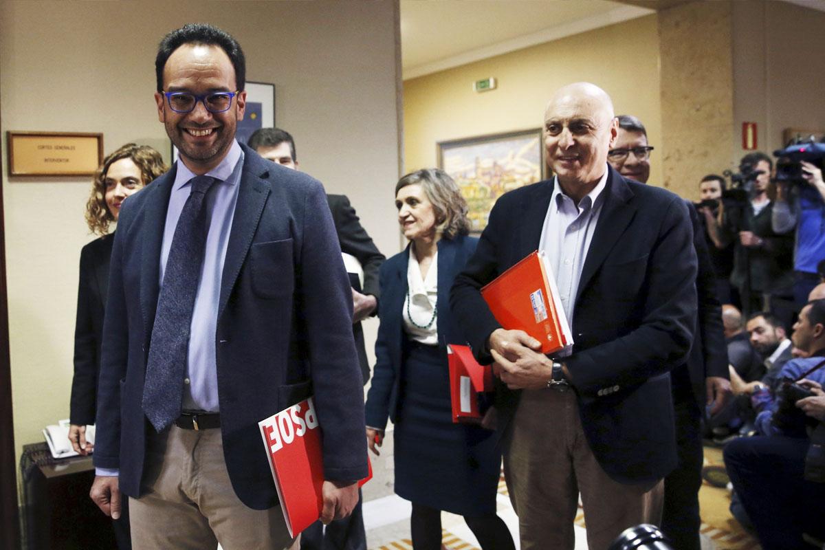 Antonio Hernando al frente del equipo negociador del PSOE en el Congreso. (Foto: EFE)
