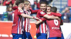 Los jugadores del Atlético celebran el primer gol de Griezmann en el partido. (AFP)