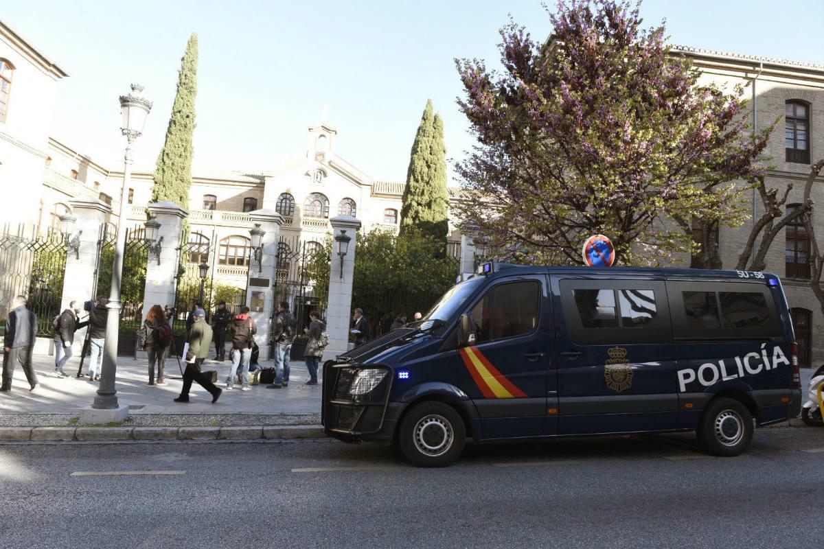 La Udef registra las oficinas de Urbanismo del Ayuntamiento de Granada. (Foto: EFE)