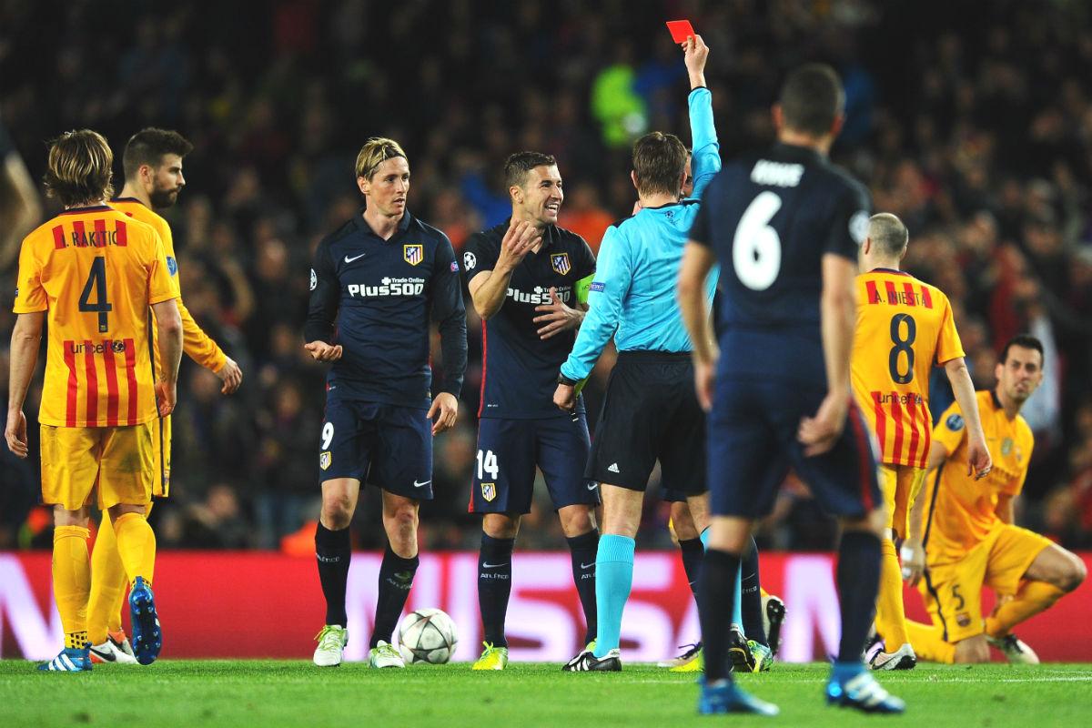 Felix Brych expulsa a Fernando Torres contra el Barcelona la pasada semana en Champions. (Getty)