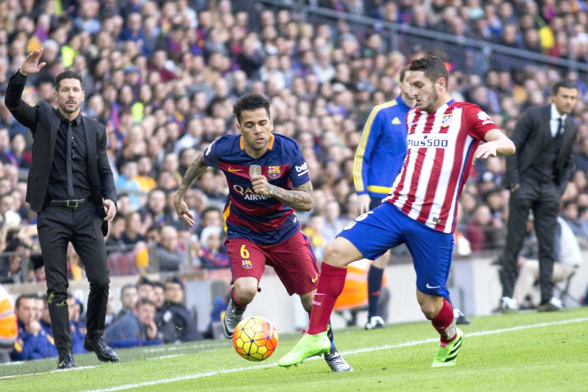 Alves y Koke disputan un balón en el Camp Nou. (Getty)