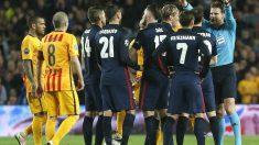 Felix Brych manda que se retiren a los jugadores del Atlético. (AFP)