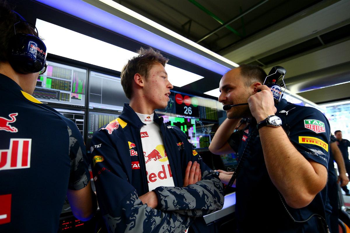 Kvyat habla con uno de los mecánicos de Red Bull en Rusia. (Getty)