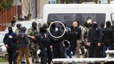 Agentes de la policía belga durante un registro en el barrio de Molenbeek, en Bruselas. (Foto: AFP)