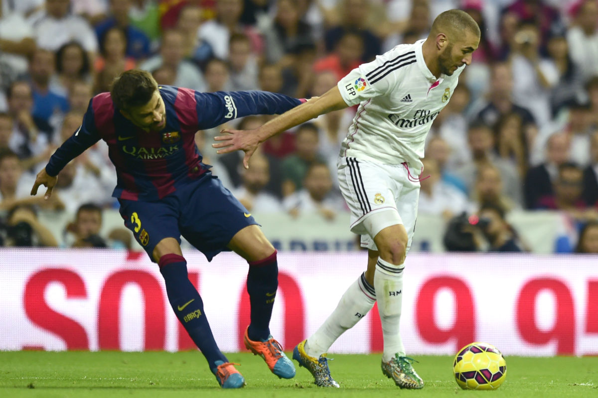 Benzema controla la pelota ante Piqué en el último Clásico. (AFP)