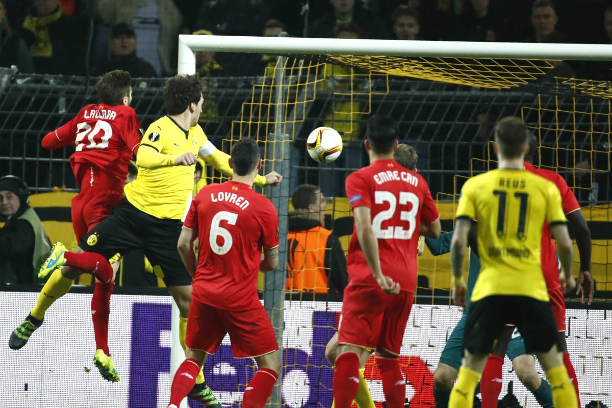 Hummels marca el gol del Borussia Dortmund. (AFP)