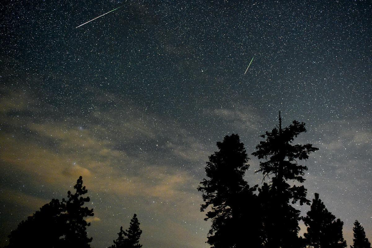 Imagen de una lluvia de estrellas surcando el cielo, vista desde el hemisferio norte. (Getty)