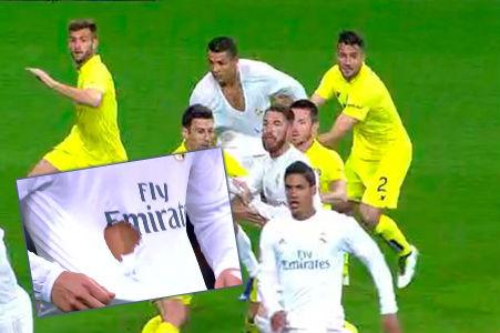A Cristiano le rompieron la camiseta.