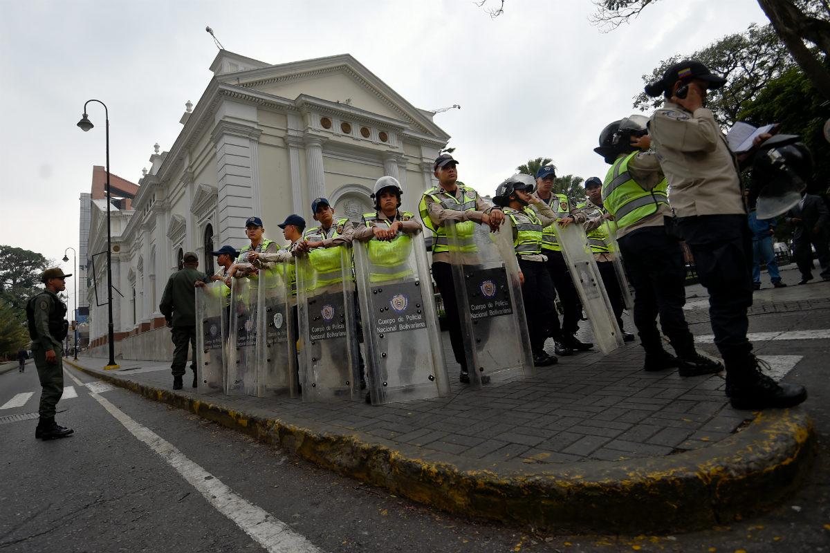 La Policía federal venezolana rodea la Asamblea Nacional en Caracas. (AFP)