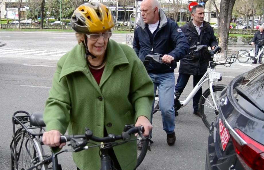La alcaldesa se suma a la larga lista de políticos ciclistas. (Foto: OKDIARIO)