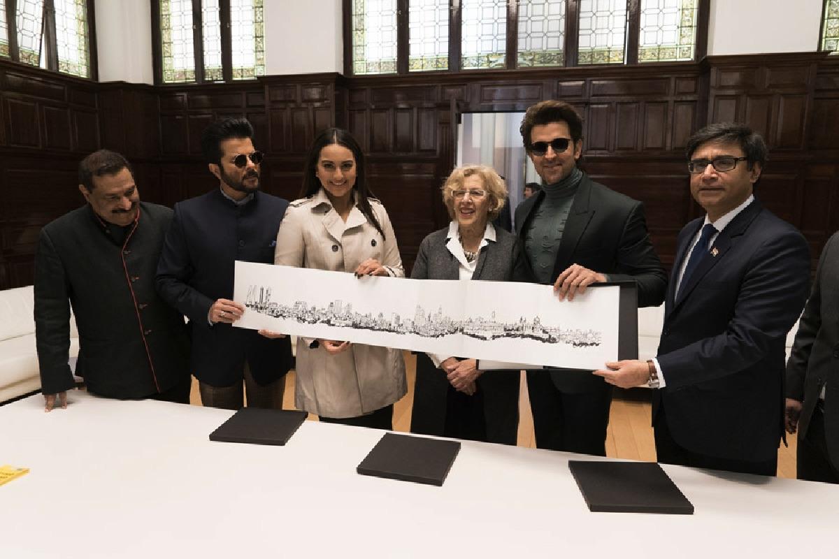 La alcaldesa Carmena con actores indios en Madrid. (Foto: IIFA)