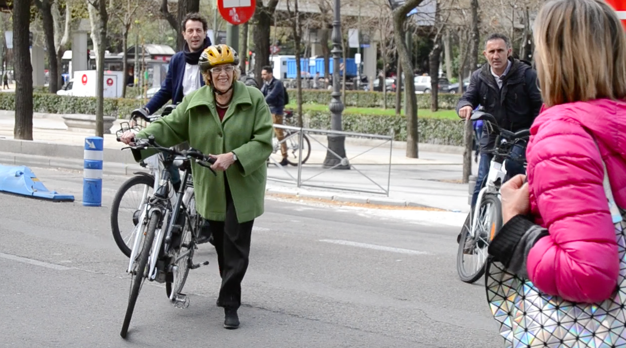 Carmena a su llegada al evento ciclista. (Foto: OKDIARIO)