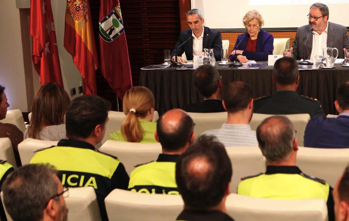 Carmena, Barbero y agentes de la Policía Municipal. (Foto: Madrid)