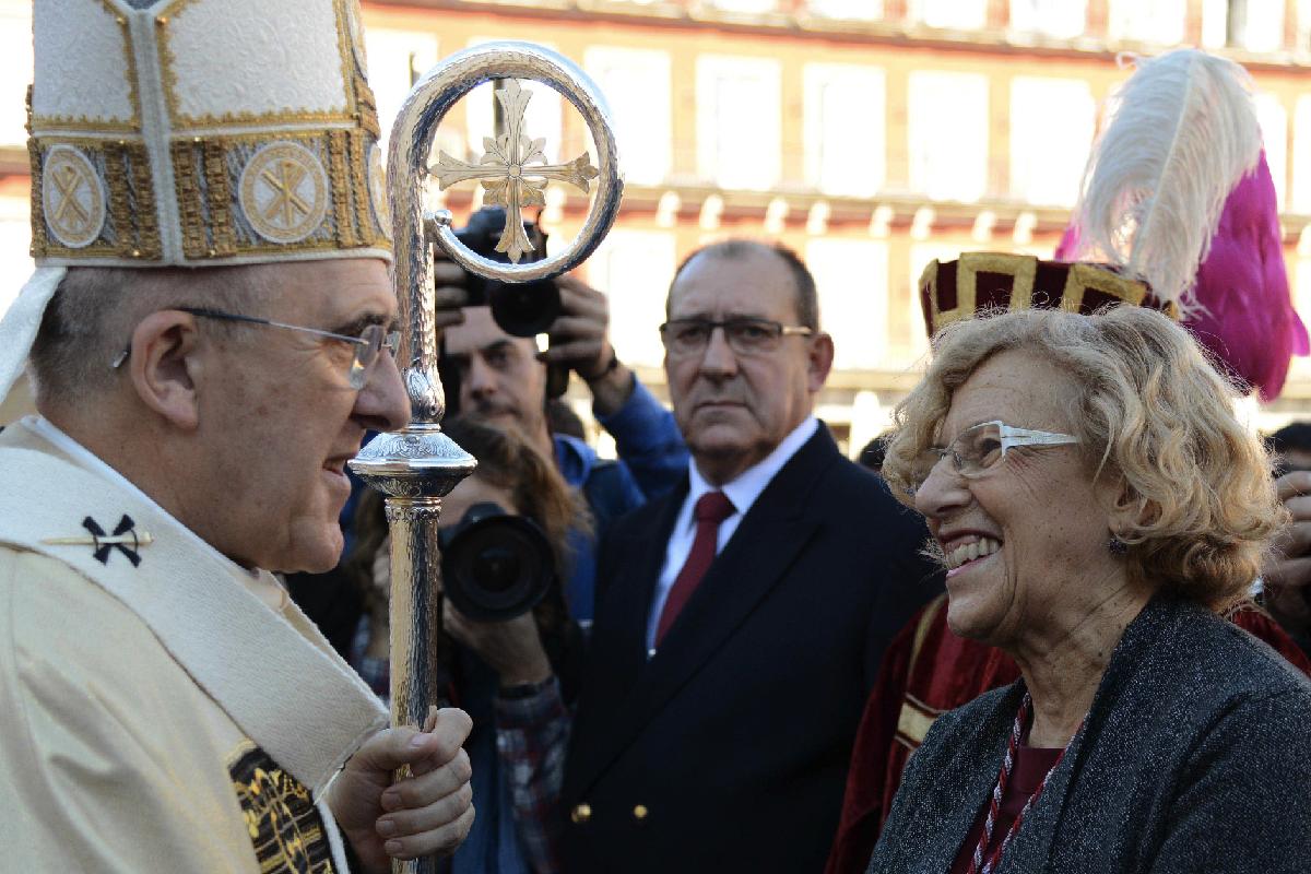 La alcaldesa Carmena y obispo Osoro, en una misa en Plaza Mayor. (Foto: Madrid)