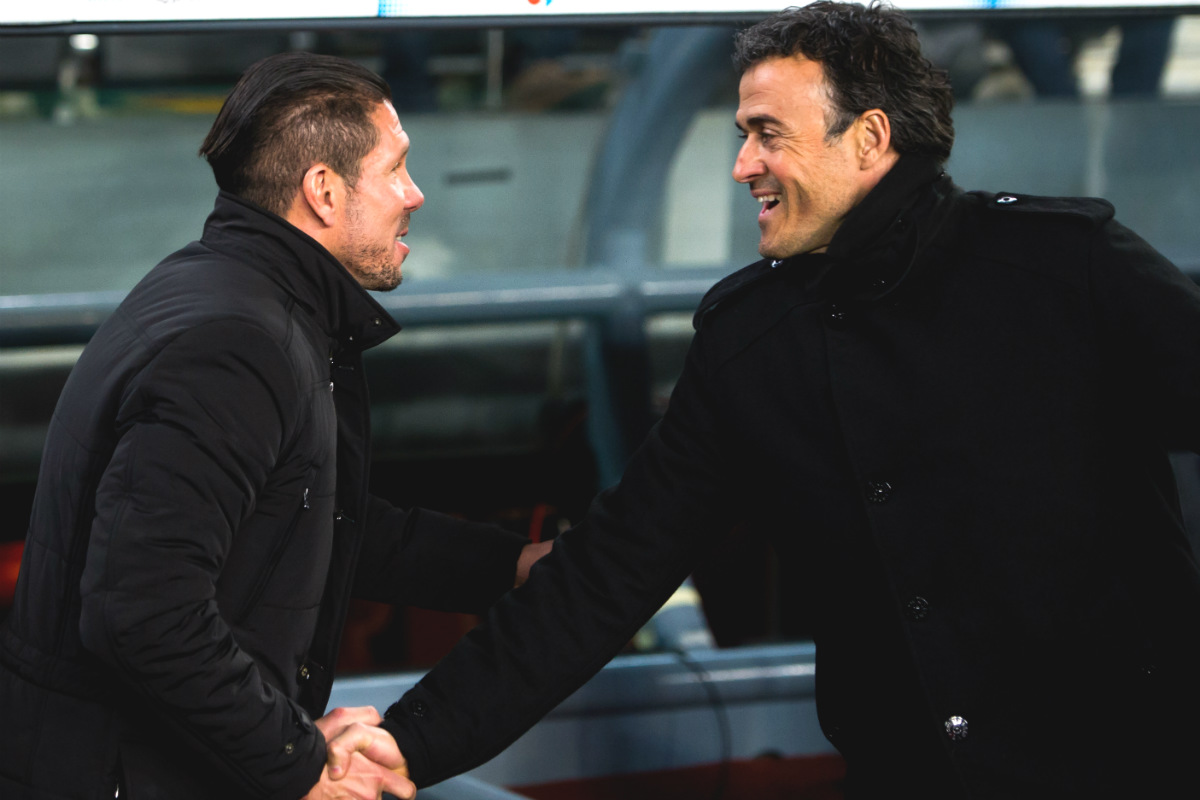 Simeone saluda a Luis Enrique antes de un Barça-Atlético. (AFP)