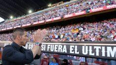 Simeone saluda a la grada del Vicente Calderón. (Getty)