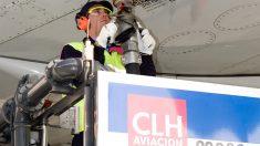 Operario de CLH repostando combustible en un avión (Foto: CLH).