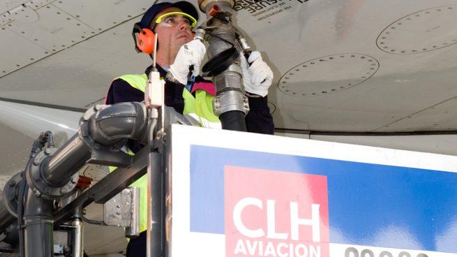 Operario de CLH repostando combustible en un avión