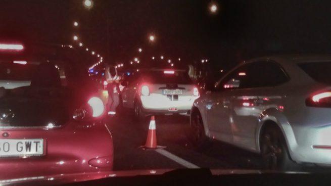 Un aparatoso control policial provoca un gran atasco en la A1 a la altura de Alcobendas