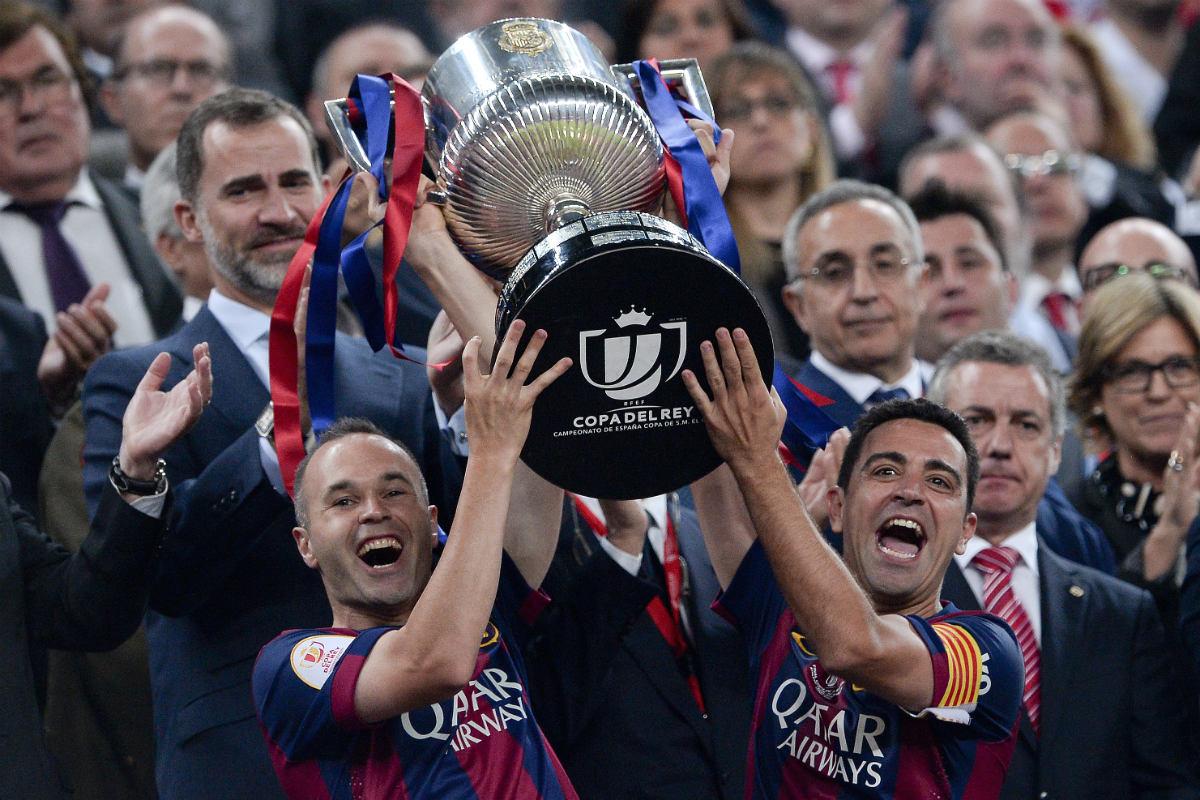 Xavi e Iniesta levantan la Copa del Rey. (AFP)