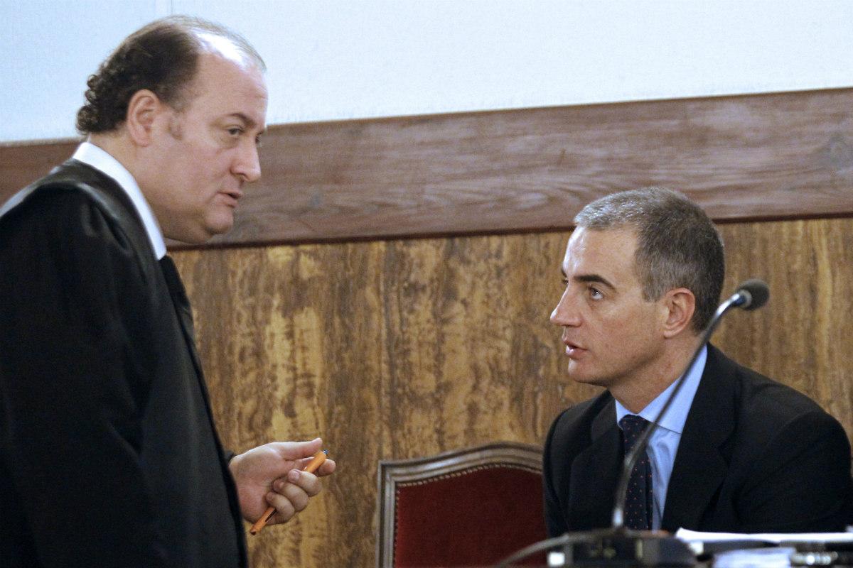 Ricardo Costa, ex secretario general del PPCV, junto a su abogado. (Getty)