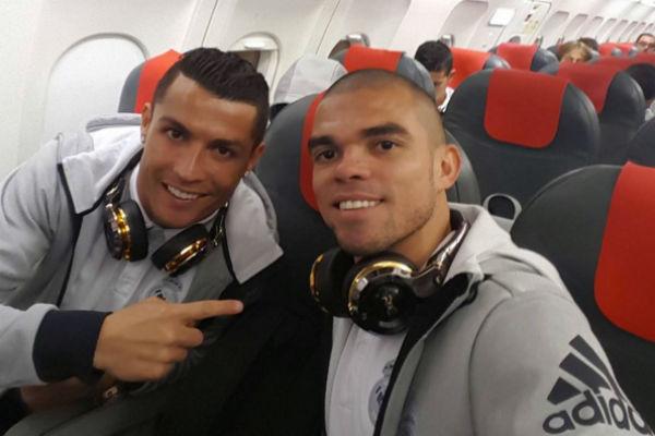 Cristiano y Pepe, en el avión de vuelta a Madrid.