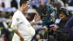 Cristiano se lleva el balón con el que marcó tres goles ante el Wolfsburgo. (Reuters)