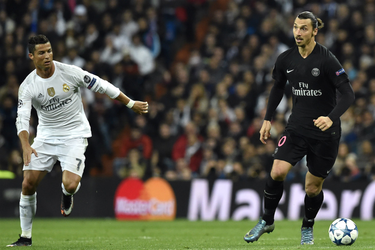 Cristiano Ronaldo corre junto a Ibrahimovic. (AFP)