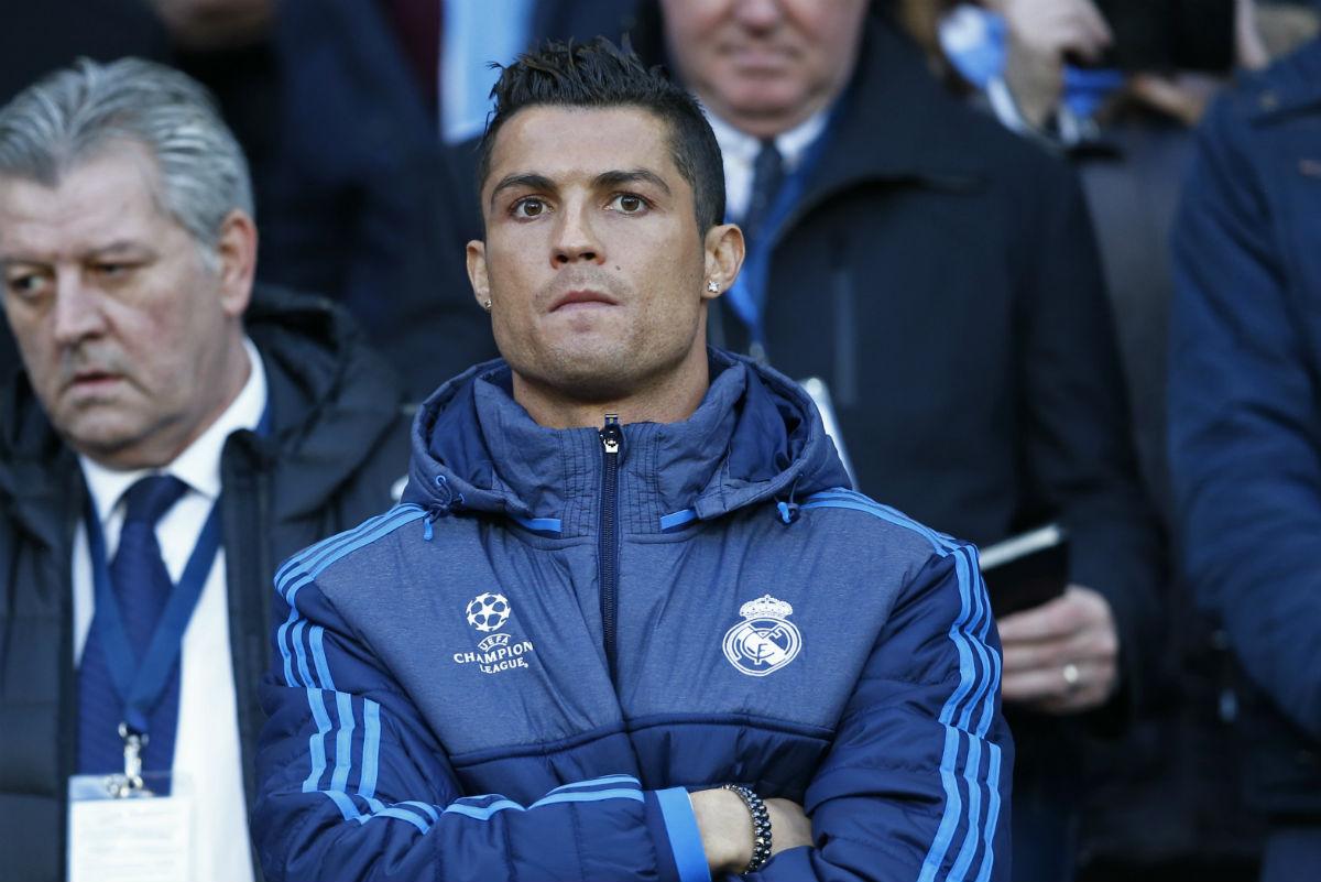 Cristiano Ronaldo, muy serio en la grada. (AFP)