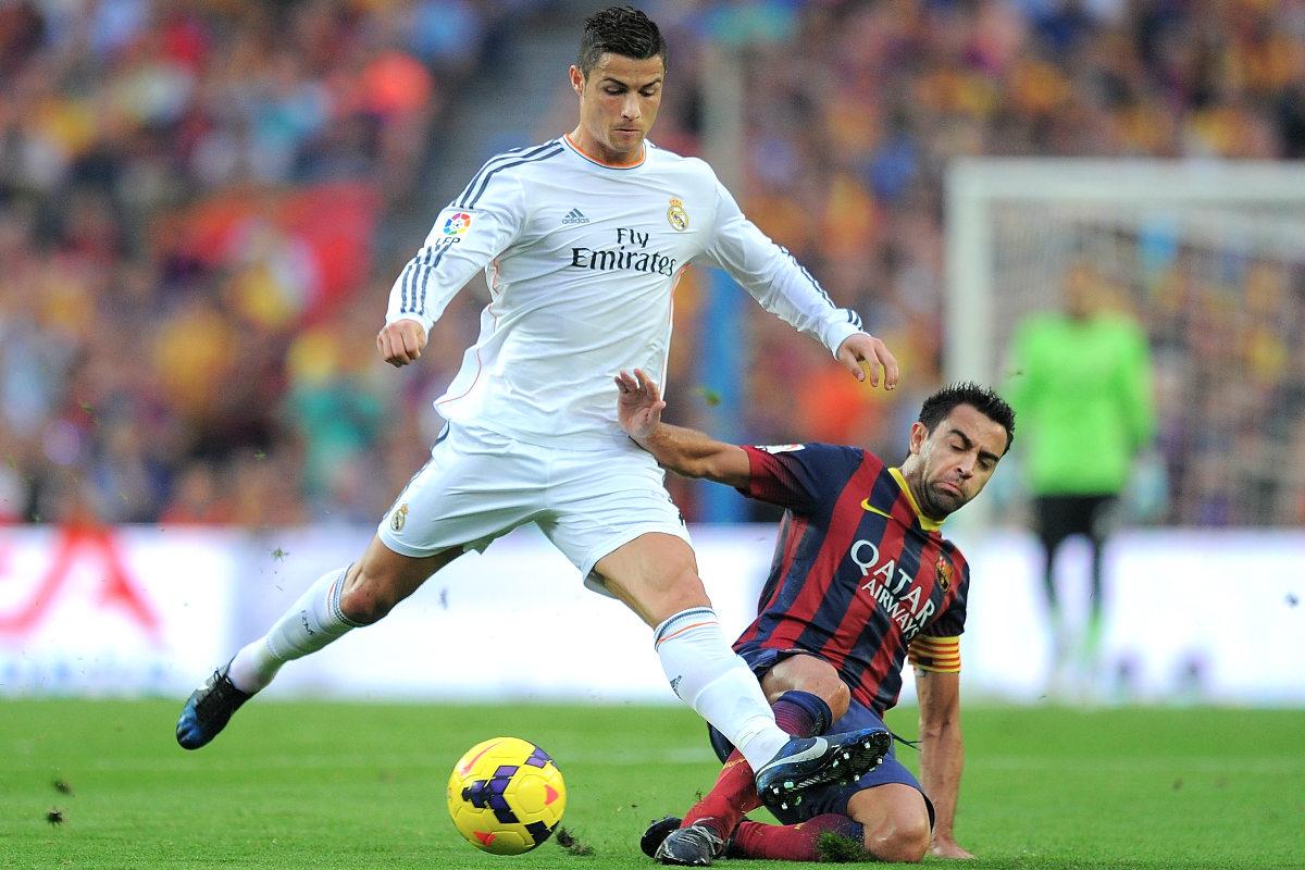 Xavi intenta robarle un balón a Cristiano. (Getty)