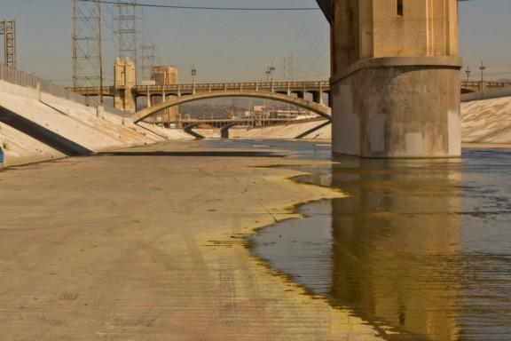 Derriban el emblemático puente de la calle sexta de Los Ángeles