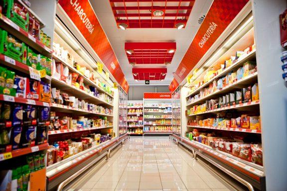 Pasillo de un supermercado Día.