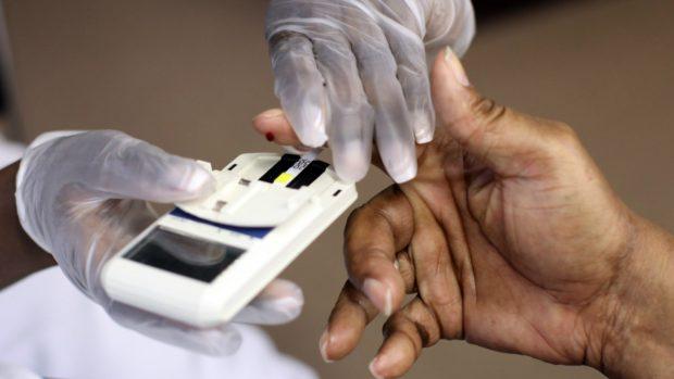 Un enfermo de diabetes se hace la prueba para conocer el nivel de azúcar en sangre. (Foto: Getty)