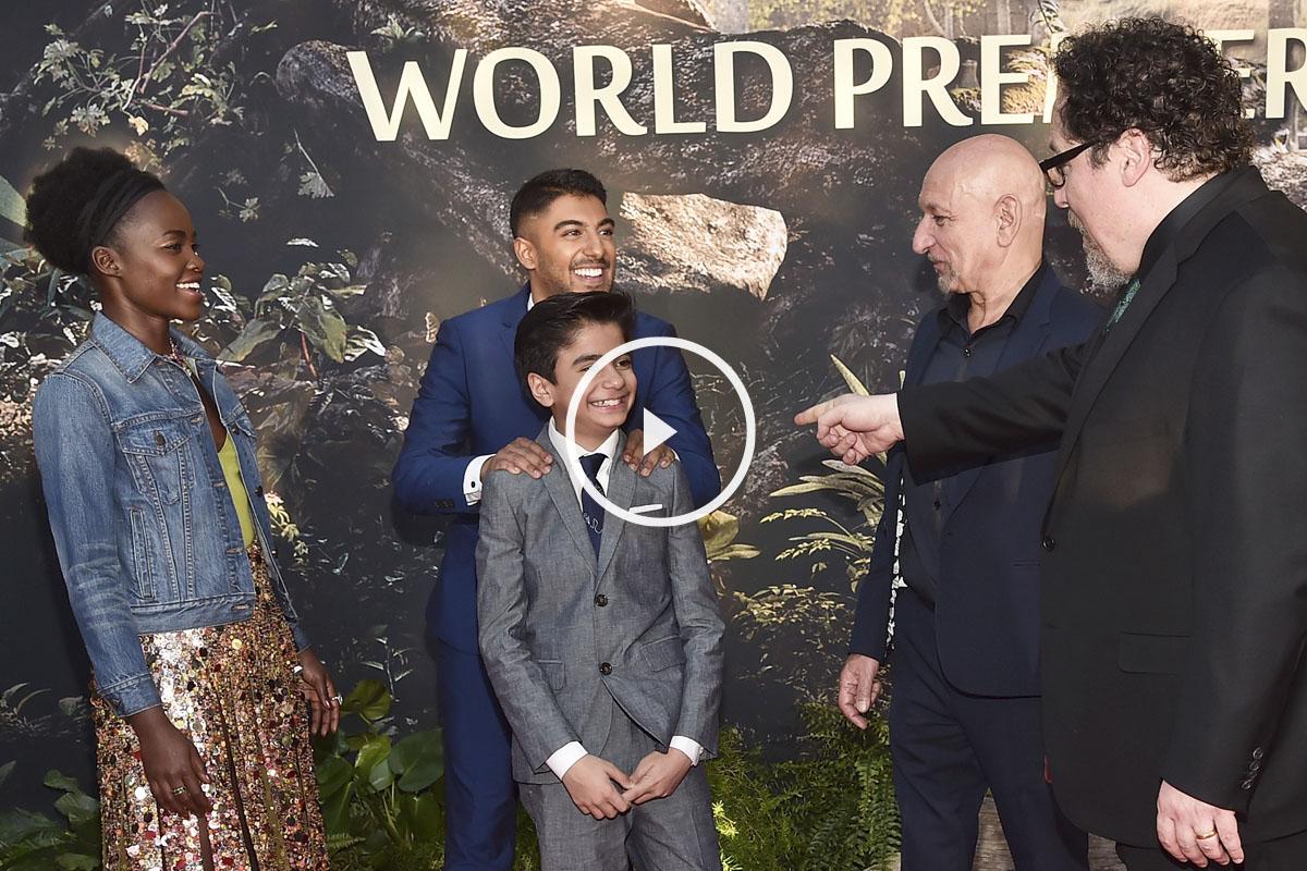 Jon Favreau, director de la película, señala al protagonista, el joven Neel Sethi. (Foto: AFP)