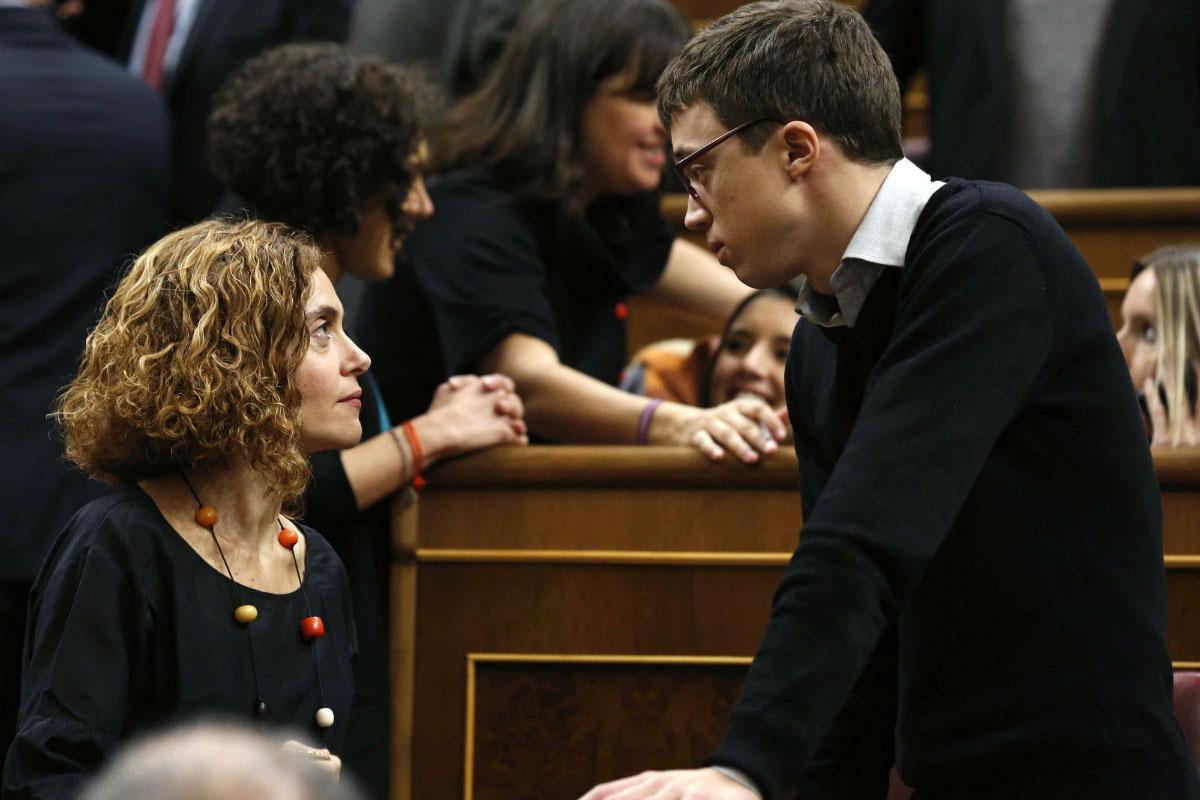 Los diputados Meritxell Batet (PSOE) e Iñigo Errejón (Podemos) conversan en el hemiciclo del Congreso. (Foto: EFE)