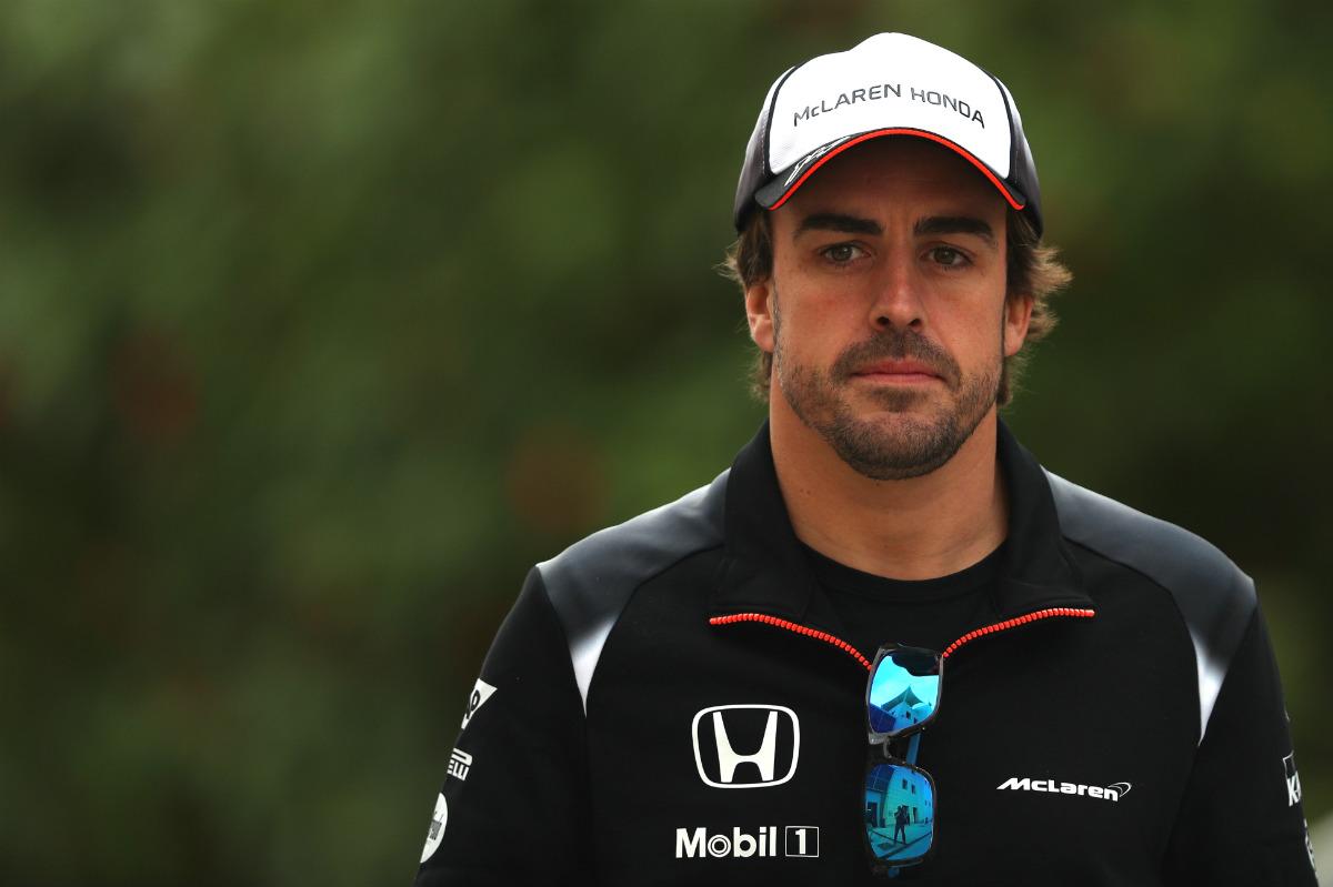 Fernando Alonso, con gesto serio en Barein. (Getty)