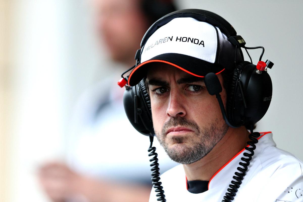Fernando Alonso mantiene el gesto serio después de un mal resultado en Rusia. (Getty)